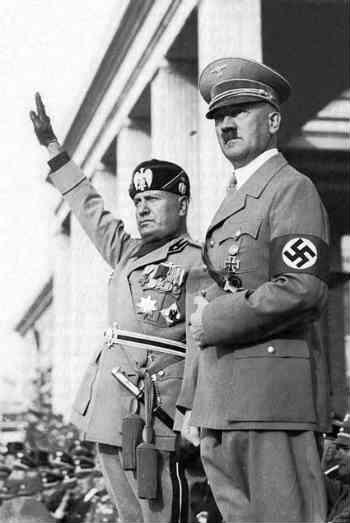 فرتور هیتلر را در کنار موسولینی نشان می دهد؛ آن دو تَن از بزرگ ترین جنایت کاران و فاشیست های تاریخ جهان هستند و همواره نام شان به پستی یاد خواهد شد. البته خمینی، خامنه ای و دیگر جلادان رژیم اسلامی ایران نیز در کنار ایشان خواهند بود.