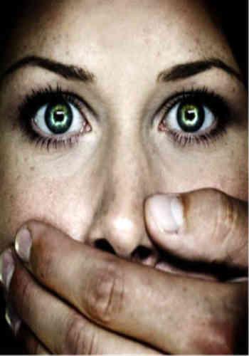 به راستی آنچه که زَن از اسلام نصیبش شده بیش از این ها نیست: وحشت، توهین، بی ارزشی، بی احترامی، تمسخر، تحقیر، تهدید و تبدیل شدنش به متاعی بی هویت و بی مقدار! اسلام زنان را بی نهایت پست و دونِ شخصیت نموده و ایشان را نیز به زور کتک و ارعاب، مجبور به خفگی کرده است!