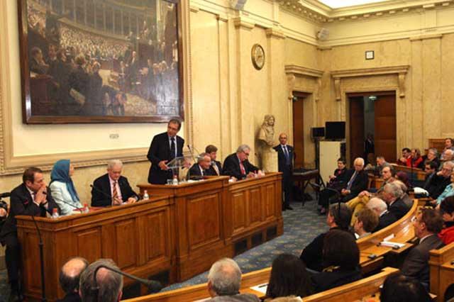 مریم رجوی در پارلمان فرانسه به گدایی قدرت پرداخته است که مانند پیشنماز مسجد منصوب دولت های اروپایی برای سوریه، او  و شوهرش نیز جانشین روضه خوان مشهدی شوند.