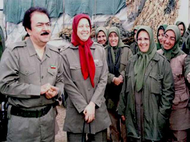 در این فرتور، مسعود و مریم رجوی همراه با بانوان لچک پوشانده دیده می شوند. آیا رفتار اینها با خامنه ای میان بسیجیان زن چه تفاوتی می تواند داشته باشد؟.