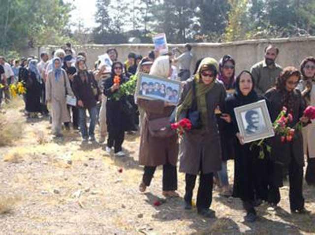 مادران و خواهران داغدیده که عزیزانشان در جنگ مسخره فروغ جاودان فدای حماقت و کارهای جنایت کارانه مسعود رجوی شدند، در این فرتور دیده می شوند.