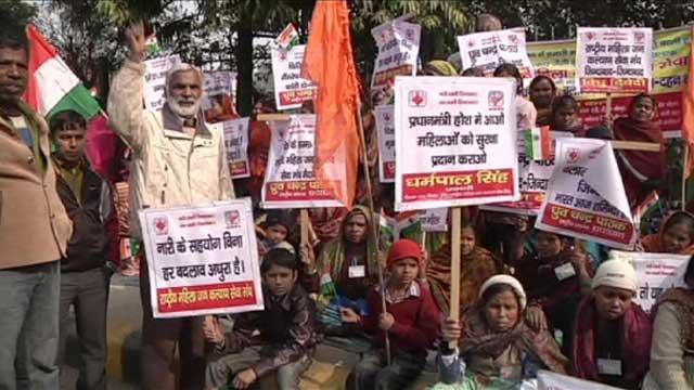 این یک صحنه از دهها صحنه تظاهرات مردم هند در یک نقطه کشور علیه تجاوز به زنان است. در کشور ما بارها، و بارها، از سوی رژیم جنایتکار به زنان تجاوز شده، ولی مردم ایران آنچه جنایت دیدند و شنیدند، لای سبیل گذاشتند و بی خیال در رفتند. یک نمونه آن تجاوز و کشتن زهرا کاظمی در زندان بود.