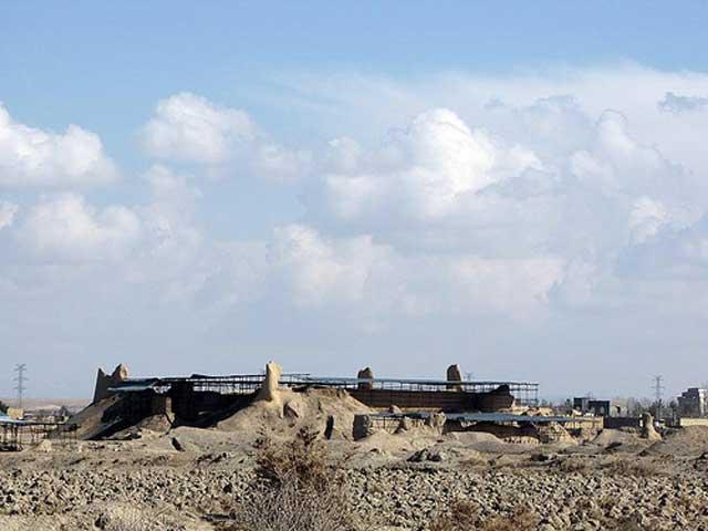 این ویرانه های شهر تاریخی توس، و شهر زادگاه فردوسی بزرگ است. دریک هزار سال گذشته به گذشته این شهر و این که یادگار بهترین فرزندان ایران، فردوسی است، کمترین توجهی نشده است.