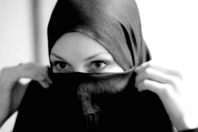 به راستی که زنان در اسلامِ عزیز! از هیچ گونه حقوق انسانی برخوردار نبوده و به آنان به چشم یک وسیله بی جان و بی ارزش و متاعِ قابل خرید و فروش نگاه می شود و نه به دیدِ یک انسان دارای مقام و شرافت انسانی!
