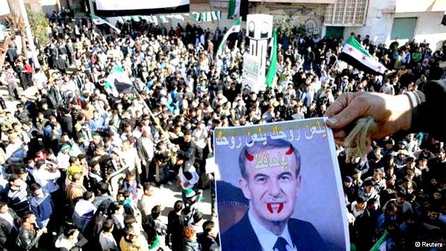مردم سوریه تصویر حافظ اسد پدر جنایتکار بشار اسد را در حالی که خون از او می بارد، در پیش خود دارند و به جهانیان نشان می دهند که چگونه بشار اسد دنباله کشتار پدرش را گرفته و ادامه می دهد.