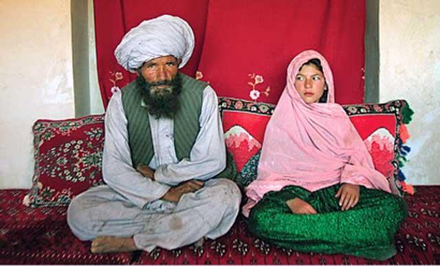 فرتور یکی از مسلمانان خردباخته را در کنار دختر بچه ای که به عنوان برده جنسی خریده است نشان می دهد؛ این یک نمونه از حقوق زنان در اسلام است که البته باید گفت ننگ و نفرین بر چنین آیین و مسلک ضد انسانی و پلیدی که اجازه سوء استفاده جنسی از کودکان را به اسم ازدواج می دهد.