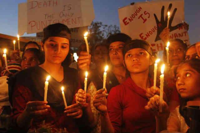 فرتور مردمان شریف هند را در حالِ سوگواری و افروختن شمع به یاد دختر جوانی نشان می دهد که مورد تجاوز قرار گرفت و کشته شد.