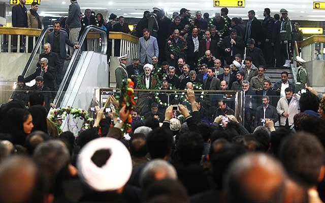 این هم فرتور دیگری از جنایتاکران رژیم که به کشتار مردم سوریه پرداختند و هم اکنون در فرودگاه با دسته گل از این خائنان به وطن استقبال می شود!. همان گونه که از علی وکیلی  قاتل دکتر بختیار استقبال با شکوه در فرودگاه به عمل آوردند.