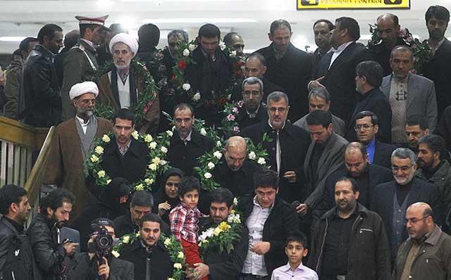 آیا اینها زائرانند، و یا پاسداران آدم کش که  خامنه ای برا ی کشتار مردم سوریه فرستاده بود؟.