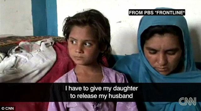 مادر افغانی که از دخترک ۶ ساله خود مواظبت می کند و او را به قاچاقچی ها تسلیم نمی کند.