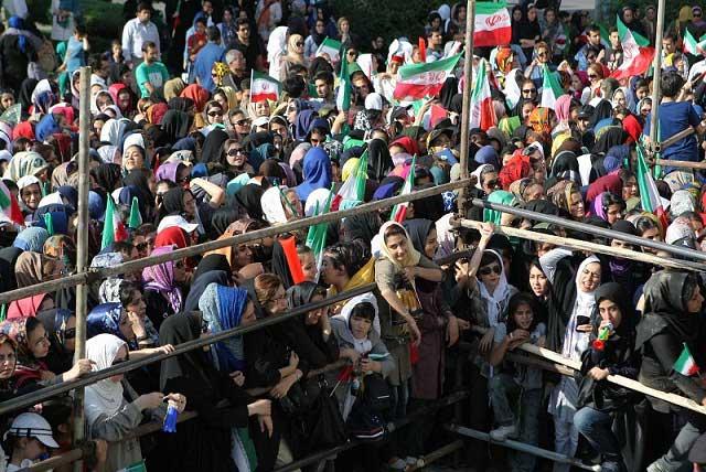 دخترانی که با شوق و دلبستگی زیادی می خواسنتد برای دیدن مسابقه به درون  ورزشگاه روند، به دستور شیخ شهر جلو آنان به دلیل زن بودن گرفته شد.