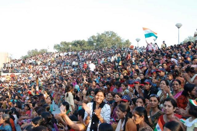 هندوستان بزرگترین دموکراسی در جهان- لازمه دموکرات بودن، تحمل گفتار و رفتار دیگران داشتن است.  برای  دموکرات بودن، باید خودخواهی ها و خود پرستی ها را در درون خودمان از میان برداریم تا بتوانیم دیگران را در کنار خود همانگونه که هستند تحمل کنیم. و این کاری است که هندی ها با وجود تفاوت های زیاد میانشان، انجام داده اند. اگر ما بتوانیم همانگونه که به خود اجازه همه کاری می دهیم، به دیگران هم همان حق و اجازه را بدهیم، به دموکراسی دست یافته ایم.