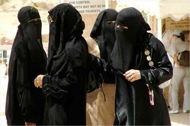فرتور نمایانگر حجاب کامل اسلامی است. یک زن باید در سرما و گرما، در عروسی و عزا، در شادی و غم خود را در این گونی سیاه بپیچاند تا الله روان پریش مدینه از وی راضی باشد. مسلمانان هنوز به این سطح از درک نرسیده اند که نوع پوشش هر انسان، تنها و تنها به خود آن شخص ارتباط دارد و جامعه حق بازخواست کسی را به خاطر نوع پوشش ندارد.