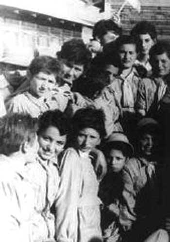 این ها کودکان لهستانی هستند که بسیاری همراه خانواده خود برای فرار از دست آلمان نازی در دوران جنگ دوم جهانی به ایران پناهنده شدند، آنان مورد توجه، دوستی، و محبت ایرانیان قرار گرفتند، و به نام  کودکان ایران شهرت یافتند. رفتار مردم و حکومت در برابر بیگانگان میهمان در کشورمان در گذشته ببینید، و رفتار وحشیانه و جنایت بار رژیم کنونی در اسارت بیگانگان، و یا رفتار ناهنجار مردم با این زندانیان در بند، و یا کودکان افغانی در کشورمان ببینید که از انسانیت به دور است.