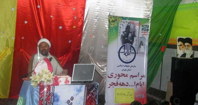 آخوندی به مناسبت پیروزی انقلاب در جشن آن شرکت می کند.