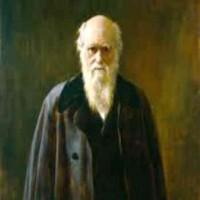 فرتور دانشمند نامی، چارلز داروین را نشان می دهد که یک تنه، با نظریه فرگشت که امروزه با وجود شواهد و مدارک بسیار، تبدیل یه یک حقیقت علمی انکار ناپذیر شده، خدایِ ادیان را شکست داد.