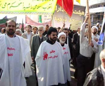 این بابا که با هیکلی درشت و بی خاصیت در جلو صف حرکت می کند و روی شکمش شعار جانمی فدای رهبر داده است،  حجت الاسلام موسوی نژاد است. به راستی کراهت و زشتی در چهره این ناپاکان ضد ایرانی به آسانی دیده می شود.