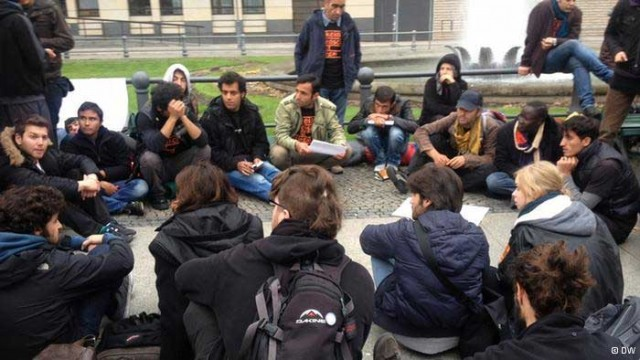 این ها شماری از خانواده های ایرانی پناهنده به کشورهای دیگر است. کسانی که ازشر رژیم  جنایتبار آخوندی  به جان آمده با هزاران سختی و  خود را در معرض خطرهای گوناگون قرار دادن، میهن از دست رفته و ویران شده خود را پشت سر گذاشته و به کشورهای دیگر پناه بردند.