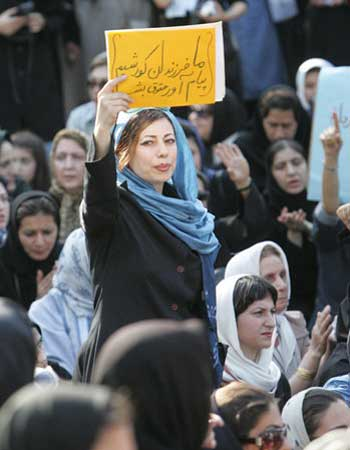 زنان امروز ایران، اسیر در بند شریعه و دستورات ضد انسانی اسلام، در به در به دنبال آزادی از دست رفته و رهایی از بند ستم و ظلم رژیم اسلامی اند.
