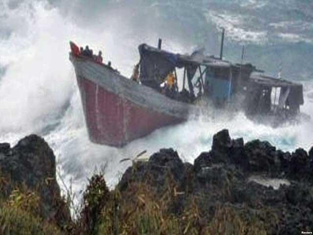 گزارشها حاکی از آن است که یک قایق چوبی شش تا ۹ متری با کابینهایی که توسط پارچه و پلاستیک پوشیده شده و حامل دهها پناهجوی ایرانی و عراقی بودند، چهارشنبه، ۲۴ آذر به دلیل نامساعد بودن هوا و متلاطم بودن اقیانوس، به صخرههای ساحلی جزیره کریسمس، متعلق به استرالیا، برخورد کرده و غرق شده است که در اثر این حادثه دستکم ۲۷ نفر کشته شدهاند.