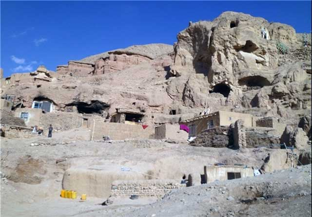 این زندگی غارنشینی و یا دخمه نشینی در جایی از افغانستان نزدیک به جایگاه پیشین تندیس بودا است.