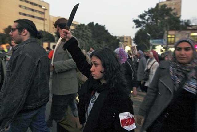 یک بانوی معترض چاقو در دست داشت و شعارهایی می داد برعلیه رئیس جمهور مصر، محمد مرسی و اعضای اخوان المسلمین به دلیل آزار و اذیت جنسی و خشونت علیه زنان در قاهره (رویترز)