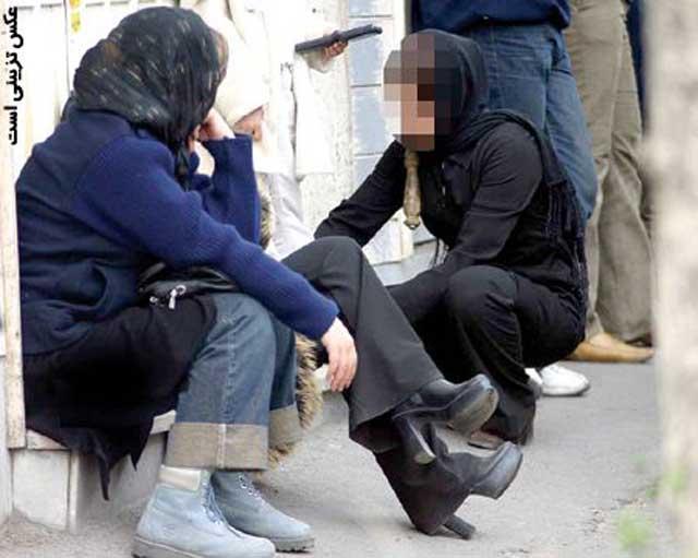 دو دختر جوان از گچساران که آواره کوچه و خیابانند و روی بازگشت به خانواده خرافاتی و بی مسئولیت خود ندارند. به راستی این غم بزرگی است که بر سینه هر ایرانی باشرف سنگینی می کند.
