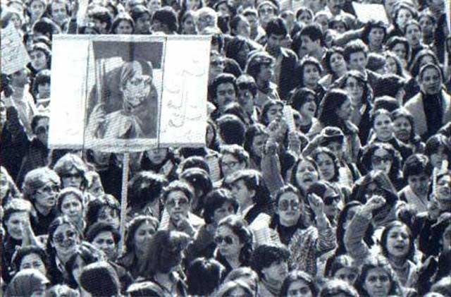 بانوان بزرگوار ایرانی، در سال ۱۳۵۷، پس از پی بردن به برنامه های پلید و شوم زن ستیزی خمینی، به تظاهرات برخاستند، ولی چون همراهی نشدند، و تنها در اقلیت میان زنان بی تفاوت ایران قرار گرفتند، بدبختانه به جایی نرسید
