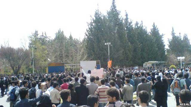 دانشجویان دانشگاه شیراز در سال ۱۳۷۸ برای دفاع از آزادی و دموکراسی به تظاهرات و اعتصاب پرداختند. پلیس کشتارگر بدانان یورش آورد و عده ای را دستگیر کرد. دانشجویان شیراز، زجر کشیدند، سختی دیدند، ولی مردم دیگر، به ویژه دانشجویان بیشتر دانشگاهها را خواب غفلت فرا برد و کمترین واکنشی نسبت به بیدادگری رژیم، و دربند گرفتن دانشجویان شیراز از خود نشان ندادند. آیا ما چه ملتی هستیم؟. فراموشکار؟، و یا خودخواه؟!.