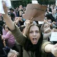 رژیم زن ستیز اسلامی زنان را از اجتماع جدا، و به درون خانه زندانی می کند