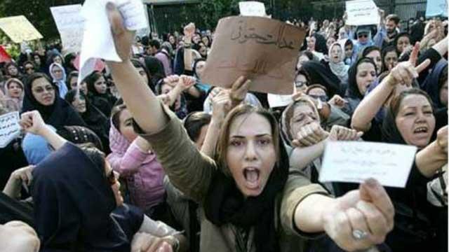 بسیاری از بانوان گرانمایه کشورمان، در سال ۱۳۶۷ در تهران علیه پوشش اسلامی و گرفتن آزادی آنان، به تظاهرات برخاستند ولی به دلیل بی تفاوتی و خودکامگی مردان، و همکاری نکردن زنان شهرستان ها، کار به جایی نبردند.
