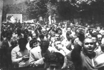 تظاهرات مردم در سال ۱۳۵۷ که کاملن جنبه ملی و مردمی داشت، با شرکت همه گروهها، و درسرتاسر ایران ادامه داشت. این همفکری و همآهنگی، گویا به زودی بباد رفت و فراموش شد. تا جایی که دیگر چنین اتحاد و همبستگی در ایران دیده نمی شود.