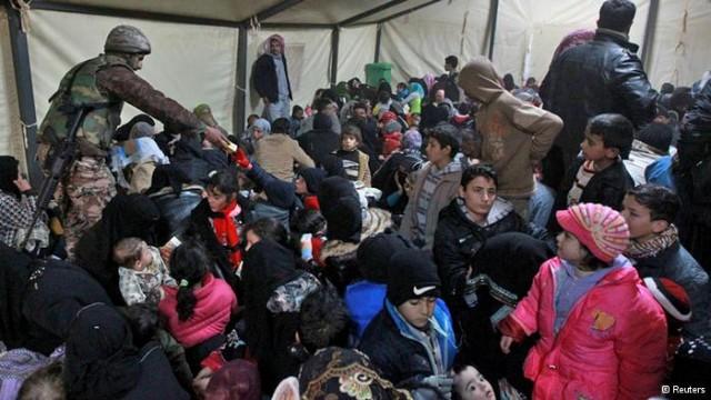 گروهی از آوارگان سوریه در کشورهای مجاور دیده می شوند. میان آنان، زنانی که شوهران،  و کودکانی که پدران خود را از دست داده اند، بسیار زیاد است. باید به جان ولی فقیه و شاهکار جنایت های او دعا کرد!.