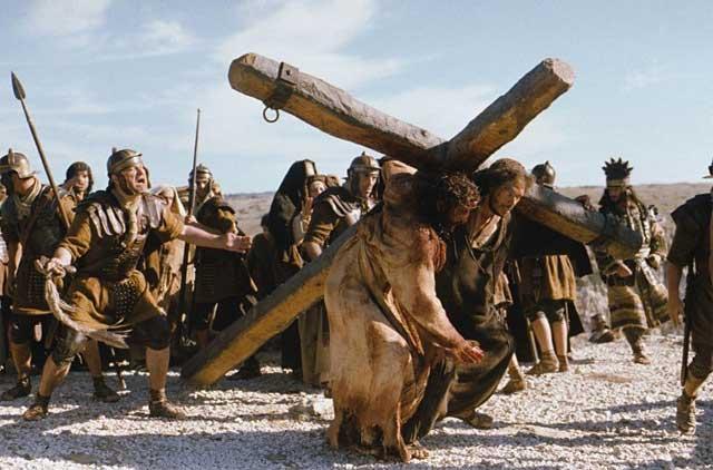 عیسی مسیح به دستور رومیان، صلیب خود را به سختی می کشاند تا به نقطه کشتن خود برسد.