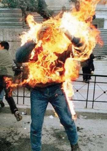 انسانی روز سه شنبه ۶ فروردین در میدان انقلاب خود را به آتش می کشد و خودسوزی می کند. آیا می توان تصور کرد که تا چه اندازه و چه حد به این فرد ظلم و ستم روا شده، و عرصه زندگی از گرانی، بی پولی، خجالت همسر و فرزندان، بر او تنگ شده که در میدان بزرگ شهر دست به این خود کشی طاقت فرسا و زجر آور می زند؟. این ها را باید از آخوندهای جنایتکار و غارتگر پرسید که ملتی را این چنین خاکستر نشین کرده اند!.