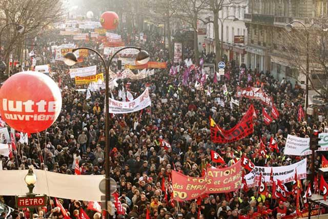 این یک تظاهرات کارگری علیه دولت در بروکسل پایتخت بلژیک در سال ۲۰۱۰ است. به خوبی می بینیم که همه گروهها از هرطبقه در این جنبش همگانی شرکت کرده اند. آیا ما لیاقت و جلوزه آن را نداریم که از آنان یاد بگیریم؟!.