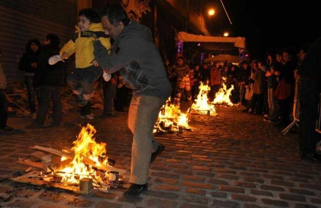 آتش چهارشنبه سوری، نشانه ای از شادی، سرخشندگی، پاکی، صفاو صمیمیت است. تنها دشمنان پست فطرت و بی خردان  و مزدورانند که آن را نادیده گرفته، و یا از آن بدگویی می کنند.
