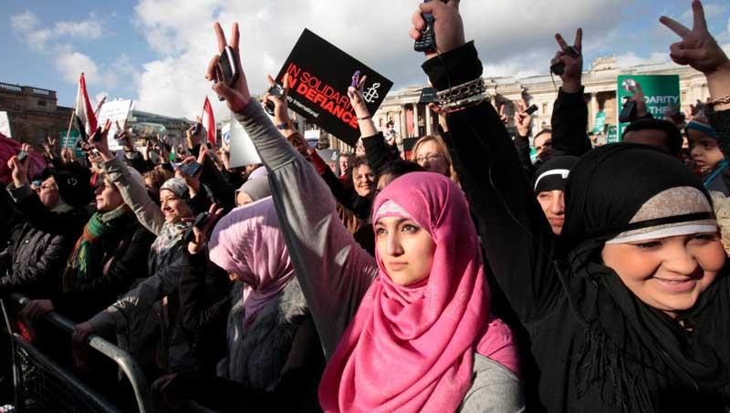 حکومت اسلامی که به وسیله گروه کشتارگر اخوان المسلمین در مصر پای گرفت، زنان برای دفاع از حقوق خود در سرتاسر مصر بپا خاستند و هچنان بارژیم در جنگ و چالشند. مردان زیادی نیز از آنان حمایت می کنند. این همآهنگی و اتحاد برخلاف کشور ما ایران است که اگر در یک شهر مردم اعتراض دارند، دیگر مردم راحت در خانه هایشان با چشمان و گوشهای بسته، بی تفاوت میمانند. به راستی، ننگ بر این گسیختگی و بی تفاوتی ما.