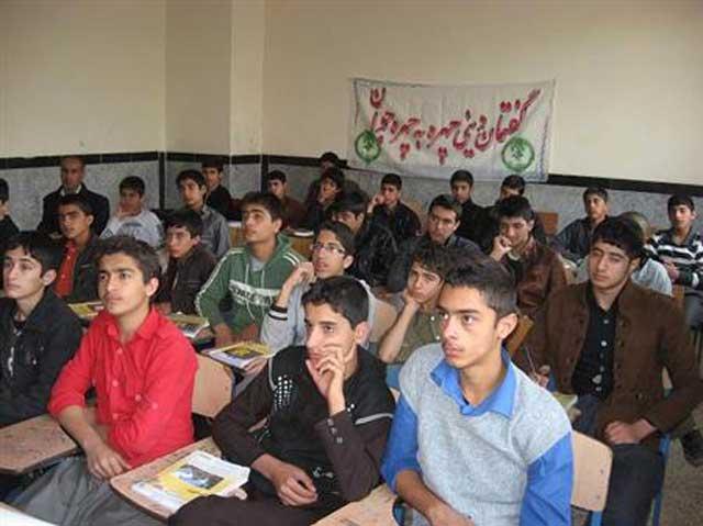 رژیم ضد ایرانی، به جای رسیدگی به دشواری ها و مشکلات جوانان، آنان را گرد هم آورده، در مورد مسائل دینی با آنان گفتگو می کند.
