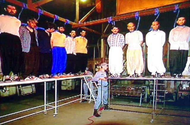 این یک صحنه از اعدام دسته جمعی زندانیان سیاسی در مشهد در تاریخ ۱۷ مارس ۲۰۱۱ است. این جنایت و صدها جنایت های دیگر، ثمره و پایمد کوته فکری و نادانی ما در امظای سند بردگی امان، در تاریز ۱۲ فروردین ۱۳۵۸ است. به راستی، نفرین بر این جهالت، و بی خردی.
