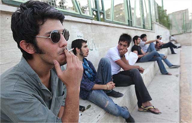 جوانان سرگشته و سرگردان ایران. بدون کار، خانه و زندگی- هنگامی که آخوند مفتخور مملکت را غارت و ورشکسته می کند، برای جوانان جز سرگشتگی و افسردگی کار و هدفی نیست.