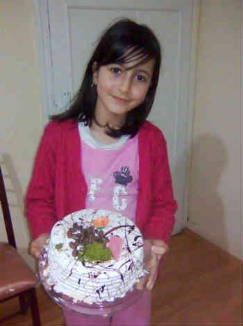 این دختر بچه 10 ساله به دلیل مشکلات عصبی پدر پناهجویش در ترکیه، به قتل رسیده است! چه باید کرد؟ چه کسی به داد این بینوایان می رسد؟