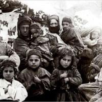 در این فرتور زنان و کودکان بی پناه ارمنی را مشاهده می کنید که از فرط گرسنگی و تشنگی که ترکان بدان ها اجبار کردند، جان دادند و به شکل دردناکی کشته شدند.