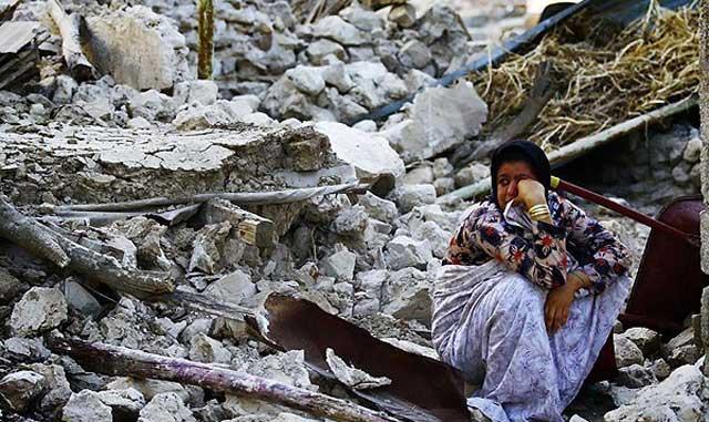 این یک صحنه از ویرانی خانه و کاشانه ای در شهرک شونبه بوشهر است. می بینیم که خانه های خشت و گلی و یا آجر های نامناسب چگونه انسان هایی را به کام مرگ می کشاند.