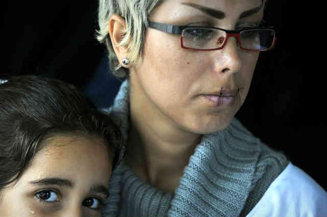 فرتور خانم ماندانا دانشنیا را به همراه فرزند خردسالش و در حال اعتصاب غذا در یونان نشان می دهد، بسیاری از مادران و بانوان و کودکان ایرانی، آواره کشورهای بیگانه گشته اند.