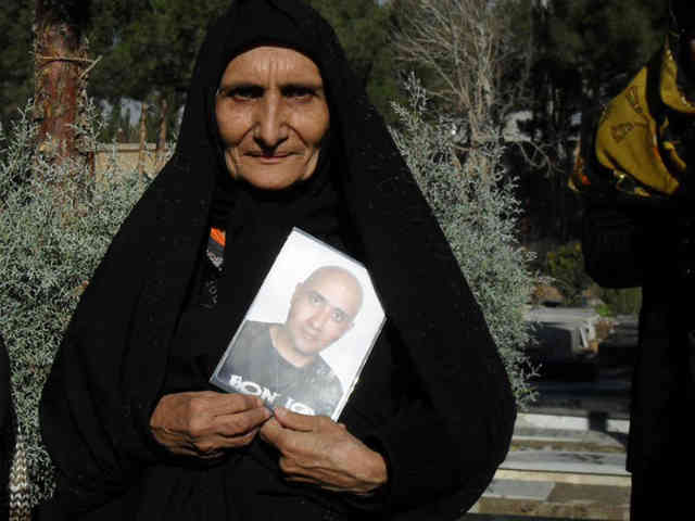 تنها شرف و انسانیت لازم است تا برای همدردی با مادر زنده یاد ستار بهشتی و هزاران مادر داغدار دیگر، در نمایش انتخاباتی رژیم شرکت نکرد.