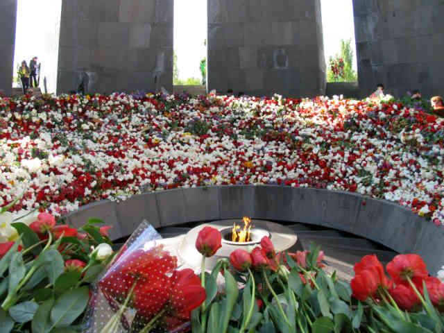 فرتور صحنه ای غم انگیز از یادآوری  جنایت شوم ترکان، به دست ارمنیان را نشان می دهد.