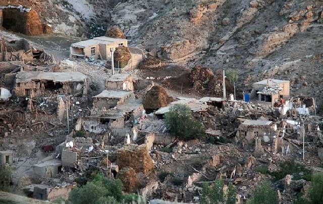 این فرتور بخشی از ویرانی های زمین لرزه آذربایجان خاوری است. آیا بودن چنین ساختمان های گلی و کاغذی می تواند در برابر پیش آمدهای طبیعی بر پا و سالم بماند؟.