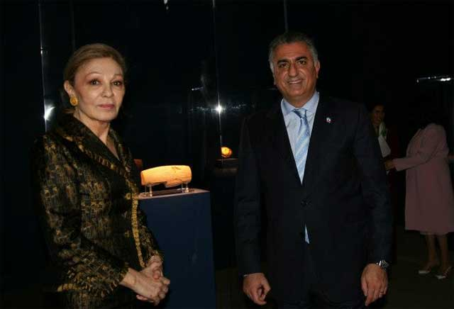 reza-pahlavi-farah-pahlavi-with-the-cyrus-cylinder-in-washington-usa-iran