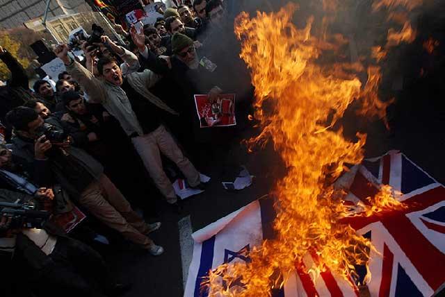 جنایتکاران تازی نسب که کمترین نشانه ای از فرهنگ و رسوم ایرانی و فرهنگ آدمیت ندارند، پرچم کشور دیگر را به آتش می کشند. این نهایت بی حرمتی و جسارت به یک ملت و به یک مملکت دیگر است، همین یک صحنه می تواند طبل جنگ با همه کشورهای باختری باشد و ایران را مورد حمله نظامی قرار داده، و سرانجام تجزیه نماید.